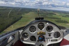 Vista interna di una cabina di pilotaggio dell'aereo dell'aliante e di un quadro portastrumenti Immagine Stock