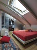Vista interna di una camera da letto moderna nella mansarda Immagini Stock Libere da Diritti