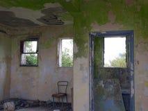 Vista interna di una casa abbandonata immagini stock
