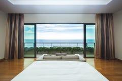 Vista interna di vista sul mare della camera da letto di progettazione moderna Fotografie Stock Libere da Diritti