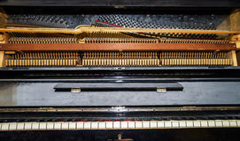 Vista interna do piano velho do vintage foto de stock royalty free