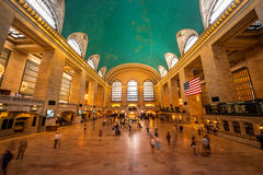 Vista interna do salão principal da estação terminal de Grand Central com muitos povos no movimento imagens de stock