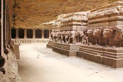 Vista interna do templo de Kailasa, caverna hindu nenhuns 16, Ellora, Índia Fotos de Stock Royalty Free