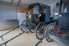 A vista interna do transporte ou do carrinho do preto de Amish estacionou dentro de uma garagem de uma casa no Condado de Lancast foto de stock royalty free
