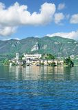 Vista a Isola San Giulio, lago Orta, Piedmont, Itália Fotos de Stock