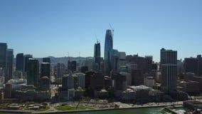 Vista 4k aérea de surpresa na arquitetura do centro urbana moderna do arranha-céus de San Francisco pela skyline do seascape do o video estoque