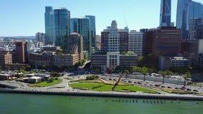 Vista 4k aérea de surpresa na arquitetura do centro urbana moderna do arranha-céus de San Francisco pelo seascape da skyline do o video estoque