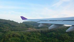 a vista 4K da janela do avião decola no aeroporto de Phuket filme