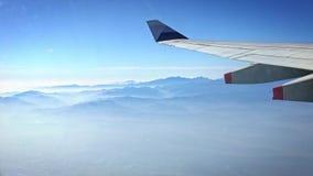 vista 4K de las montañas de Taiwán desde arriba, según lo visto a través de una ventana del aeroplano almacen de video