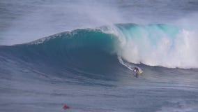Vista 4k de surpresa em ondas espumosas enormes de execução do azul de turquesa dos conluios da equitação profissional do surfist video estoque