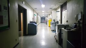 vista 4K di una passeggiata sopra il pavimento di calcestruzzo colorato grigio di un corridoio archivi video