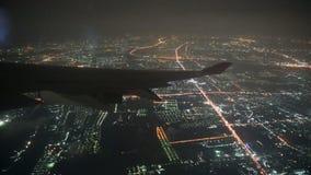 vista 4K do voo da asa do avião na noite sobre a cidade grande vídeos de arquivo