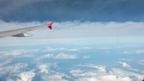 vista 4K do voo da janela do avião acima das nuvens filme