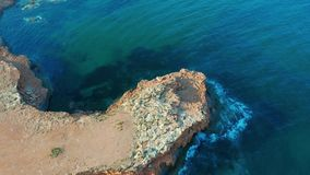 vista 4k a?rea abaixo da vista que move-se para a frente sobre a borda mediterr?nea do penhasco do litoral com o mar branco da ar video estoque