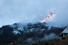 Vista a Kilimanjaro dal campo di Baranco immagini stock libere da diritti