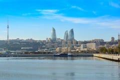 Vista a la bahía de Baku, torres de la llama Fotos de archivo