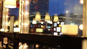 Vista a la calle de Arbat a través de la ventana del restaurante, reflexiones en vidrio metrajes