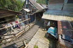 Vista a la calle del longhouse de Kupo Saba en el pueblo de Annah Rais Bidayuh en Kuching, Malasia Imagen de archivo libre de regalías