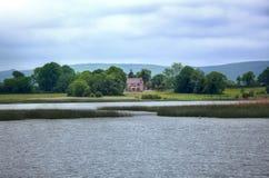 Vista a la casa irlandesa en el río Shannon Imagenes de archivo