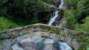 Vista a la cascada amasing en montañas metrajes