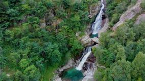 Vista a la cascada amasing en montañas almacen de metraje de vídeo