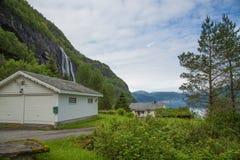 Vista a la cascada de la yarda casera fotografía de archivo libre de regalías