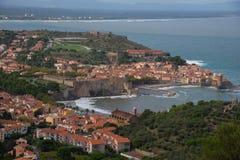 Vista a la ciudad costera de Collioure en el sur de Francia imagen de archivo libre de regalías