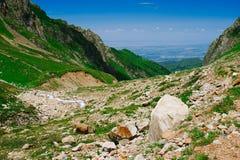 Vista a la ciudad de Almaty de las montañas Fotos de archivo libres de regalías