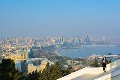 Vista a la ciudad de Baku del parque de la montaña Imagenes de archivo