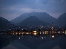 Vista a la ciudad de la madrugada Imagenes de archivo