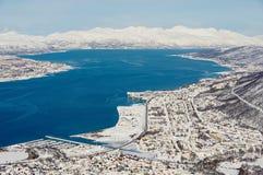 Vista a la ciudad de Tromso, 350 kilómetros al norte del Círculo Polar Ártico, Noruega Imágenes de archivo libres de regalías