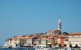 Vista a la ciudad vieja Rovinj del barco Croacia Imagen de archivo libre de regalías