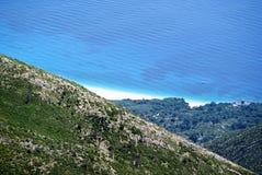 Vista a la costa de mar jónico del top de la montaña de Llogora Fotografía de archivo libre de regalías