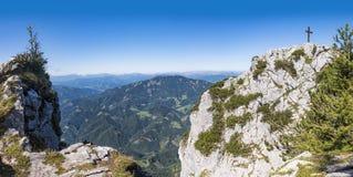 Vista a la cruz de la cumbre de la montaña Hochlantsch y de la montaña Rennfe fotografía de archivo
