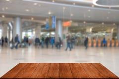 Vista a la escena borrosa en el aeropuerto de tableros o de la tabla oscuros Foto de archivo libre de regalías
