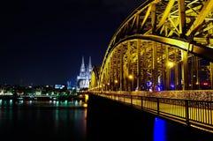 Vista a la iglesia de Colonia y al puente de Hohenzollern en Colonia Alemania Fotografía de archivo libre de regalías