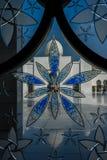 Vista a la mezquita magnífica Sheikh Al Zayed con un triunfo del cristal de colores Fotos de archivo libres de regalías