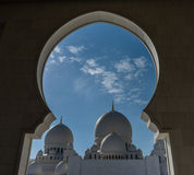 Vista a la mezquita magnífica Sheikh Al Zayed a través del arco en Abu Dhabi Imagenes de archivo
