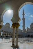 Vista a la mezquita magnífica Sheikh Al Zayed a través del arco en Abu Dhabi Foto de archivo libre de regalías