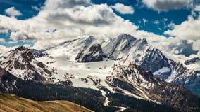 Vista a la montaña del paso de Sella en las dolomías metrajes