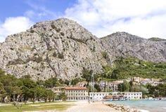 Vista a la montaña y a la ciudad Omis, mar adriático, Croacia Fotografía de archivo libre de regalías