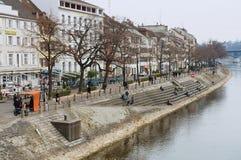 Vista a la orilla del río Rhine en Basilea, Suiza Foto de archivo