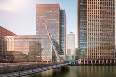 Vista a la pasarela del sur de Quay que lleva a Canary Wharf en Londres Imagenes de archivo