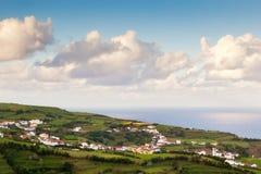 Vista a la pequeña ciudad, Azores, Portugal Fotos de archivo libres de regalías