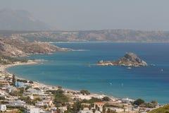 Vista a la playa del pueblo de Kefalos, isla de Kos imagen de archivo