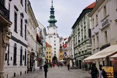 Vista a la puerta del ` s de Michael en la ciudad vieja Bratislava, Eslovaquia foto de archivo