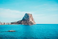 Vista a la roca del mar Mediterráneo, de Ifach y a la ciudad de Calpe en Costa Blanca, España foto de archivo libre de regalías