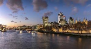 Vista a la torre de Londres durante tiempo de la puesta del sol, Reino Unido fotografía de archivo libre de regalías