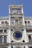 Vista a la torre de reloj en la plaza San Marco Imagen de archivo libre de regalías