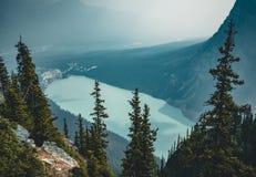Vista a Lake Louise dalla montagna dell'alveare nel parco nazionale di Banff fotografie stock libere da diritti